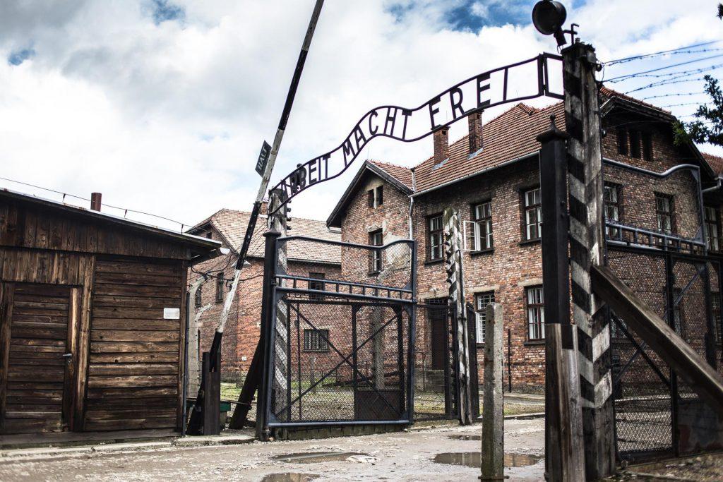 Auschwitz Birkenau var det största nazityska dödslägret. Förintelsen. Judar. Arbeit macht frei.