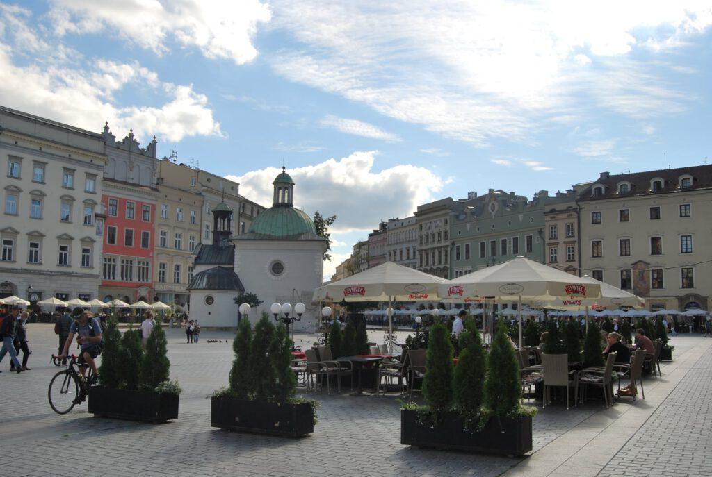 Borgarhusen och St. Adalberts kyrka i bakgrunden, framme uteserveringen till restaurangen Noworolski i Klädeshallen