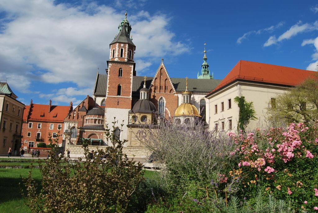 Vyn över kullen med domkyrkan. I huset till vänster bodde Hans Frank