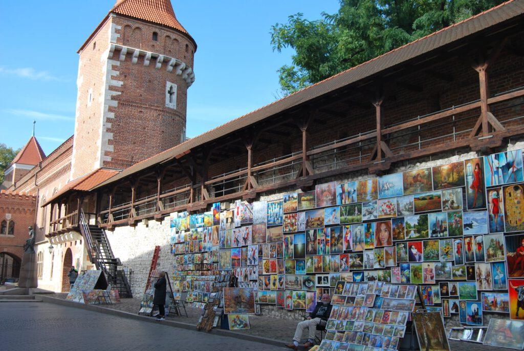 Den medeltida bevarade muren och tornen, precis vid Floriansporten. Längs muren finns en utsställning av målningar att köpa