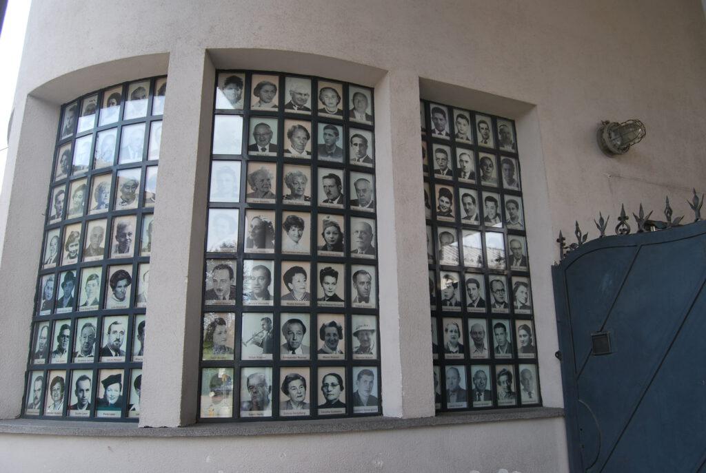 Fönstret i fabriken med bilder på de räddade