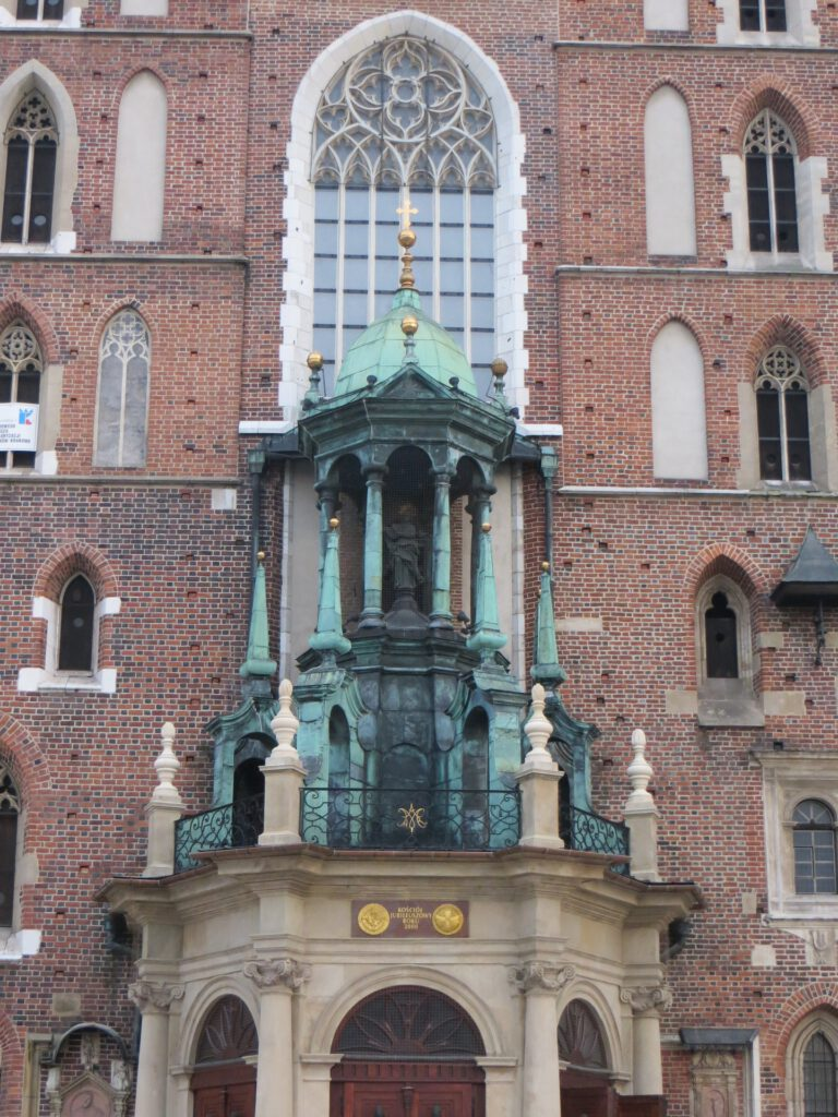 Kyrkans fasad och huvudport.