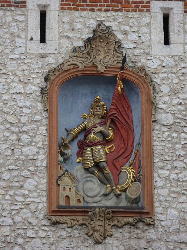 St. Florians staty i porten. Bilden: Mach240390, CC BY 4.0, wikipedia.pl+