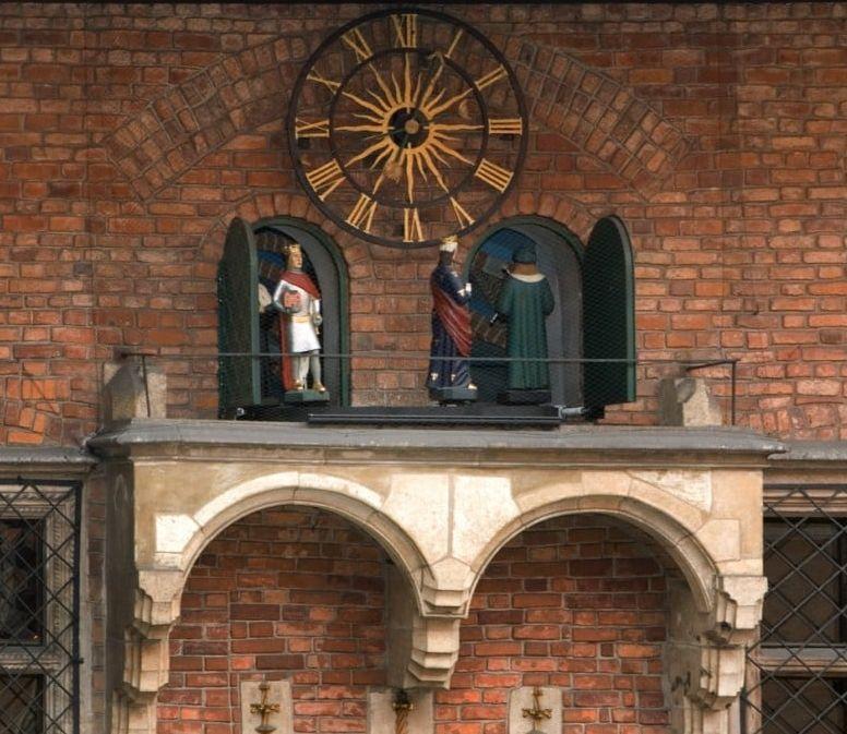 Träfigurerna i det festliga tåget på gården i Collegium Maius