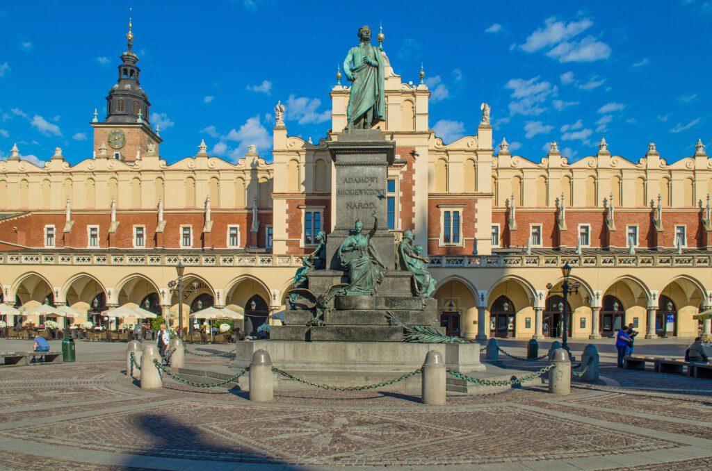Klädeshallen med nationaldiktaren Adam Mickiewiczs staty