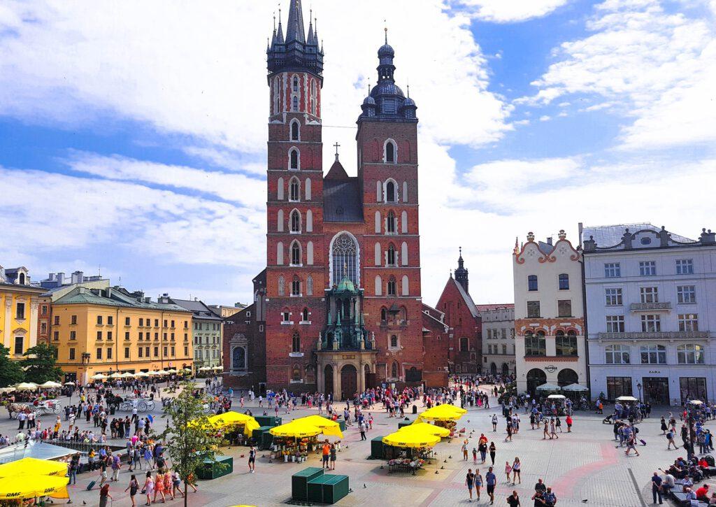 Stora torget med Mariakyrkan och gula blommorstånd